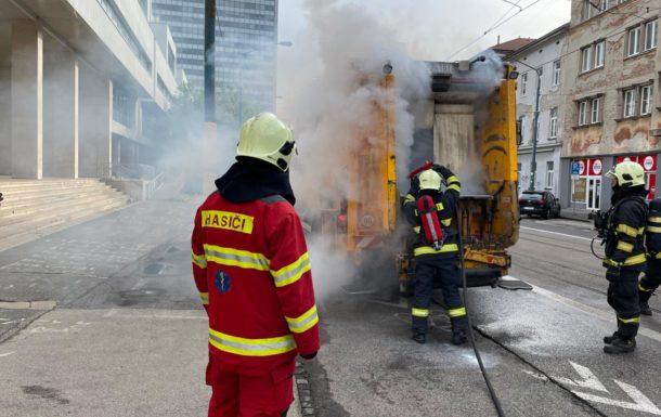 Požiar neznámeho druhu odpadu v zberovom vozidle OLO